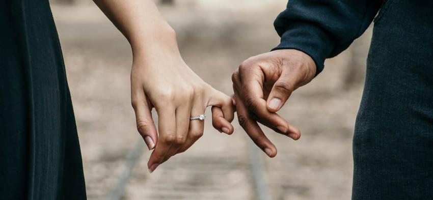 pareja-manos-juntas
