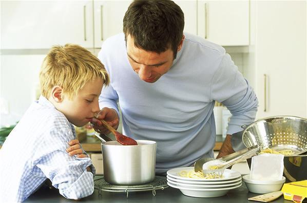 padre hijo cocinando